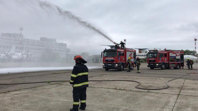Exercițiu pe Aeroportul Internațional Chișinău. Au fost implicate 15 autospeciale