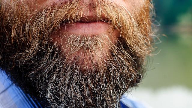 Cei care poartă barbă au un risc mai mare de a se îmbolnăvi de COVID-19 (studiu)
