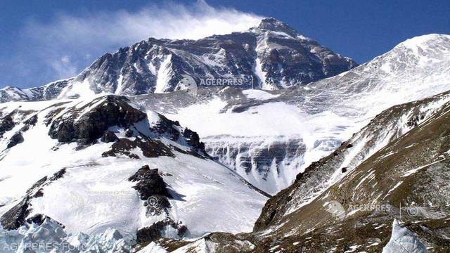 China a suspendat expedițiile pe Everest de pe teritoriul său