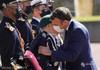 Președintele francez Emmanuel Macron revine la practica sărutului pe obraz, însă cu mască