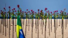 O plajă din Rio de Janeiro a fost acoperită cu trandafiri roșii
