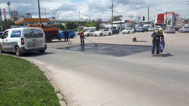 Lucrări de plombare a gropilor de pe străzile principale din capitală. Transportul public va activa cu traseu modificat