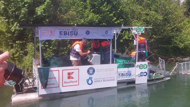 VIDEO   Prima ambarcațiune sută la sută ecologică din Europa, folosită pentru colectarea deșeurilor din ape, a fost lansată în România