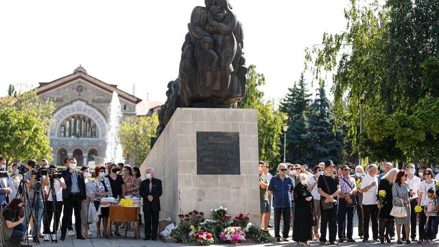 """FOTO   Maia Sandu, comemorarea victimelor deportărilor regimului sovietic: """"E important să ținem minte că libertatea de care ne bucurăm astăzi ne-a costat zeci și sute de mii de vieți și destine frânte. Libertatea este un dar, pe care l-am plătit scump"""""""
