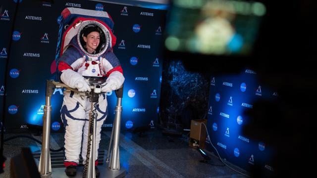 Cum vor arată noile costume proiectate de NASA pentru astronauții care vor ajunge pe Lună în 2024