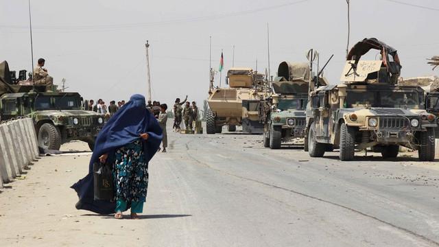 Talibanii afgani ocupă rapid noi teritorii