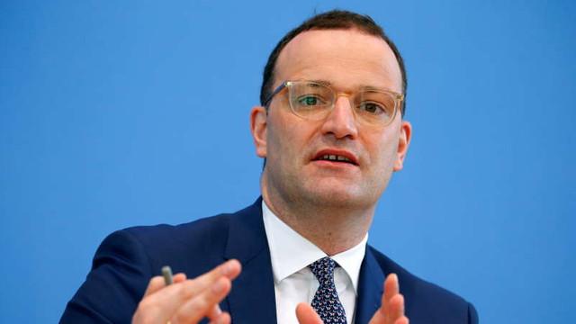 Ministrul german al Sănătății sugerează renunțarea treptată la purtarea măștii