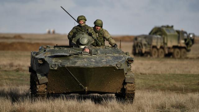 Rusia continuă exercițiile militare la granița cu Ucraina