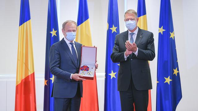 """Klaus Iohannis l-a decorat pe Donald Tusk, un """"vechi prieten al României și un adevărat european"""", rememorând """"discursurile inspiratoare"""" ale acestuia în limba română"""