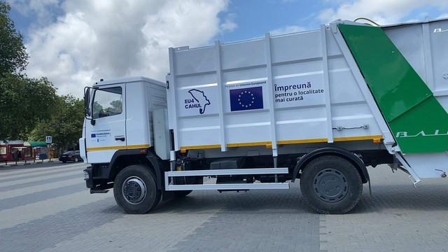 EU4Moldova   Municipiile Cahul și Ungheni au primit două autospeciale pentru colectarea și transportarea deșeurilor menajere