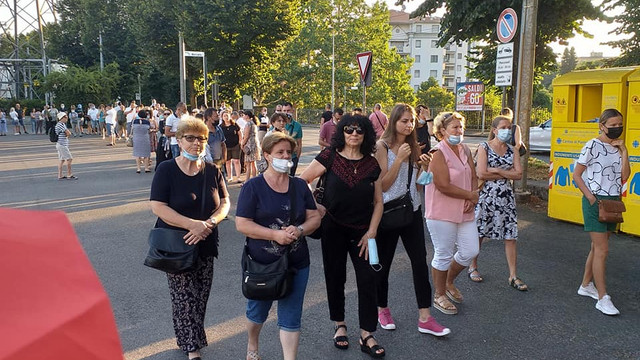 FOTO | Cetățenii moldoveni din Parma, Italia stau la coadă pentru a vota