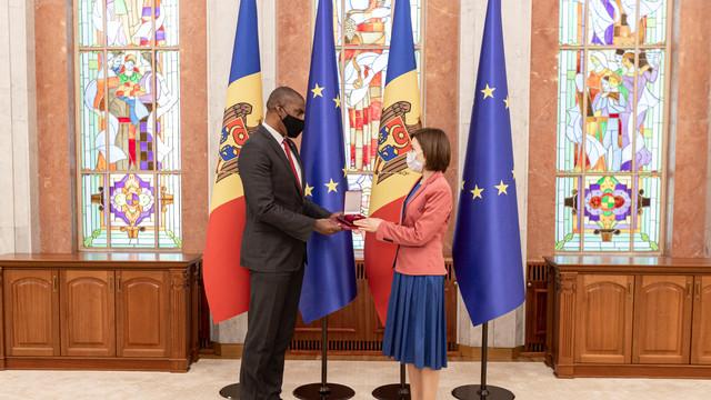 """Ambasadorul SUA la Chișinău Dereck J. Hogan, distins cu """"Ordinul de Onoare"""" de către Maia Sandu"""