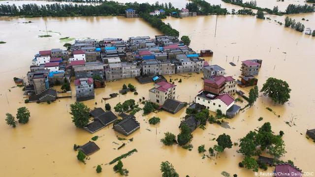 """Inundații masive în China, după precipitații văzute """"o dată la o mie de ani"""" - cel puțin 25 de morți / Sute de persoane blocate în rețeaua de metrou"""