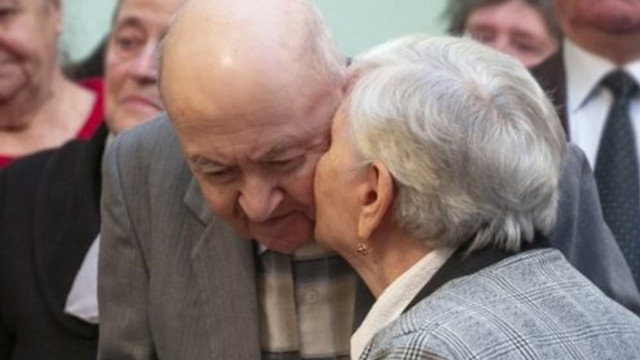 Cuplurile longevive care au împlinit 50, 60 sau 70 de ani de la oficierea căsătoriei, în perioada pandemică, pot depune cereri pentru acordarea suportului financiar stabilit de Primărie