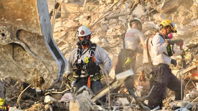 SUA   Pompierii au oprit căutările în ruinele blocului prăbușit în Florida. Bilanțul final ajunge la 97 de morți