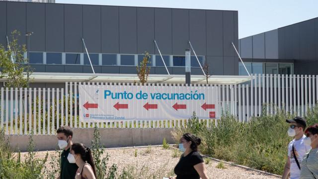 Tinerii spanioli stau la coadă să se vaccineze la un spital din Madrid: