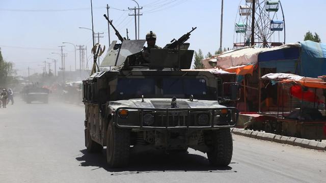 Civilii își părăsesc locuințele din trei orașe afgane în care luptele se intensifică