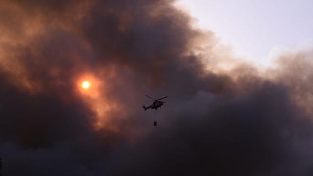 Locuitorilor din Atena li se cere să rămână în case și să închidă geamurile. Un nor gros de fum negru a acoperit cerul după incendiu
