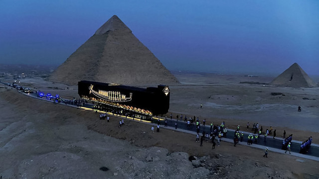 Imagini spectaculoase din Egipt. Barca solară intactă a faraonului Keops, veche de 4.600 de ani, a fost dusă la noul muzeu din Giza