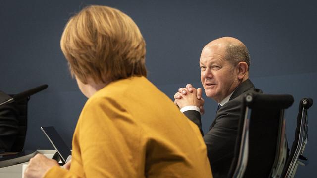Angela Merkel îi reproșează candidatului social-democrat, Olaf Scholz, că nu exclude o eventuală coaliție cu stânga radicală după scrutinul din septembrie