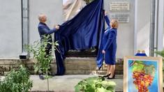 Placă memorială în onoarea a 66 de intelectuali care au semnat pentru limba română și alfabetul latin