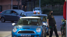 Criză de benzină în Marea Britanie. Șoferii așteaptă cu orele în mașinile care formează cozi de kilometri