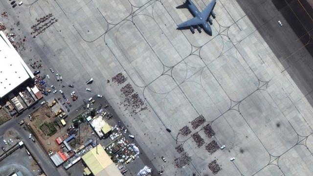 Aproximativ 1.000 de persoane așteaptă undă verde de la talibani pe aeroportul Mazar-i-Sharif pentru a pleca