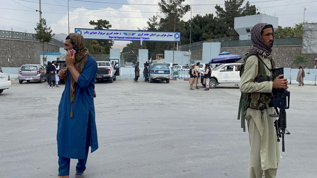 Doi jurnaliști care relatau de la o manifestație pentru drepturile femeilor, biciuiți de talibani
