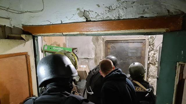 Un bărbat din capitală a fost reținut de către poliție pentru că a luat ostatici două persoane într-un apartament