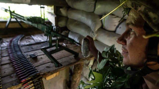 Doi soldați ucraineni uciși și zece răniți în regiunea Donețk. Rebelii proruși trag cu artilerie grea și lansează mine din dronă