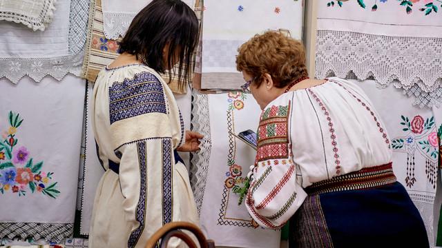 La Buzău va fi vernisată o expoziție de cămăși cu altiță a Comunității Șezătoarea Basarabia