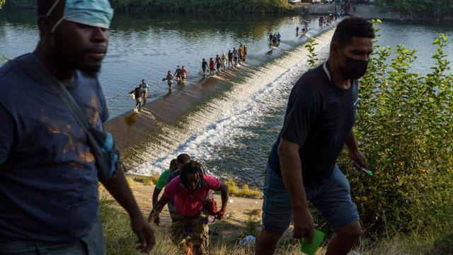 Criză la frontiera SUA - Mexic. Washingtonul promite să acelereze ritmul expulzărilor de migranți cu avionul