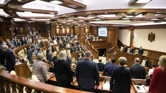Deputații au ținut un minut de reculegere în memoria victimelor atacului armat la Universitatea din Perm