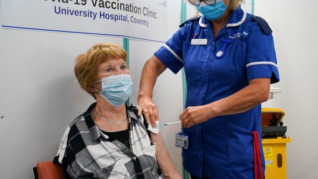 Prima persoană din lume vaccinată anti-Covid a primit a treia doză