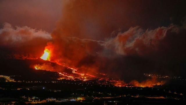Erupția vulcanică din La Palma se intensifică, pompierii s-au retras. Zboruri anulate pentru prima dată