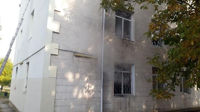 Pompierii au intervenit pentru a stinge un incendiu izbucnit la un cămin din capitală